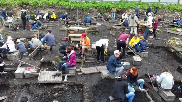 Студенты-практиканты на Троицком раскопе. (Фото: В.К. Сингх.)