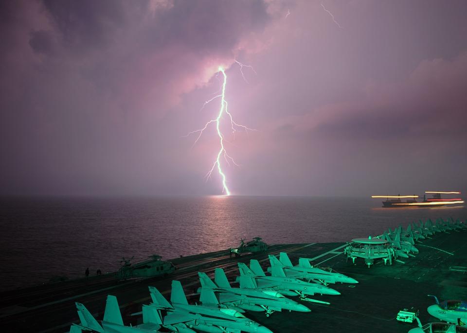 Молния за авианосцем в Малаккском проливе. (Фото: Pixabay.com.)