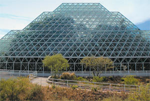 «Биосфера-2» — гигантский герметизированный комплекс зданий из бетона, стальных труб и 5600 стеклянных панелей.