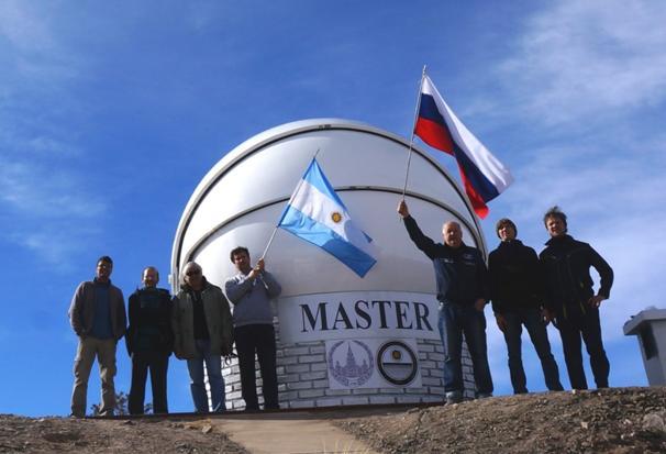 Телескоп-робот МАСТЕР в обсерватории имени Феликса Агуилара (Аргентина), июнь 2016. Третий справа - руководитель проекта профессор Владимир Липунов.