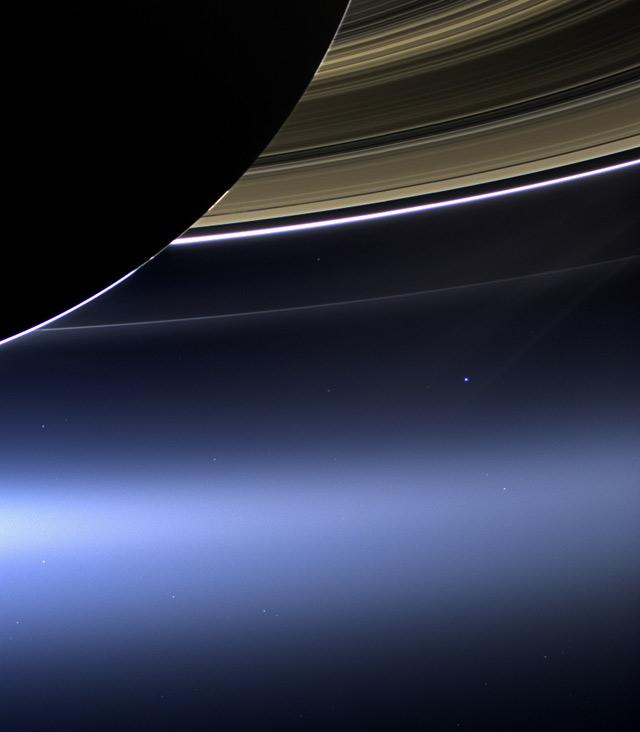 Кольца Сатурна образованы преимущественно частичками льда с небольшим содержанием пыли и простираются на несколько сотен тысяч километр