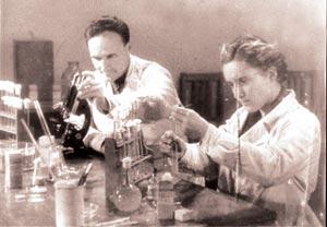 Г. Ф. Гаузе и М. Г. Бражникова в лаборатории в период работы по созданию первого советского антибиотика грамицидина С. 1940-е годы.