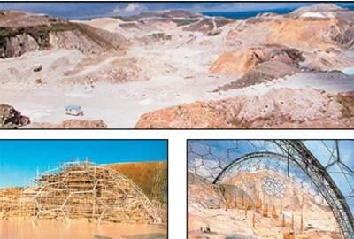 Гигантский котлован, где когда-то шахтёры добывали медь и олово, превратился в строительную площадку.