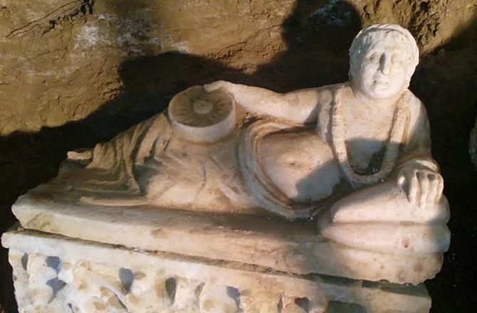 Скульптура, украшающая крышку одной из урн. Фото: Soprintendenza Archeologia dell'Umbria.