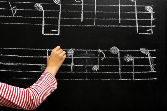 Воображая музыку, наш мозг работает так, как будто он действительно ее слышит. (Фото: belchonock / Depositphotos.)