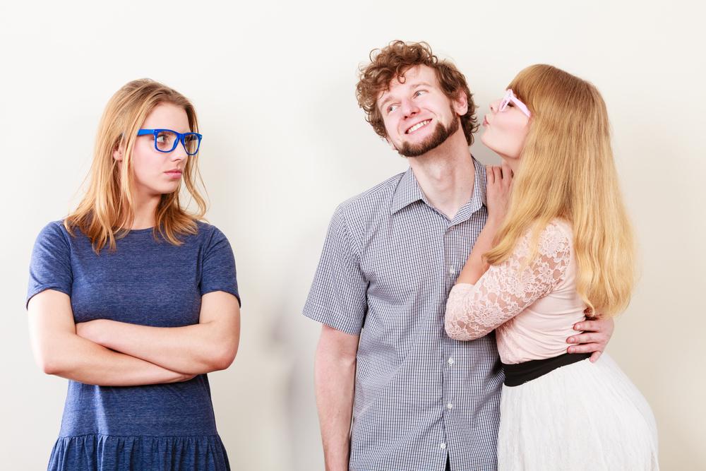 Ученые рассказали, что чувство ревности вызывает стремление покупать яркие вещи