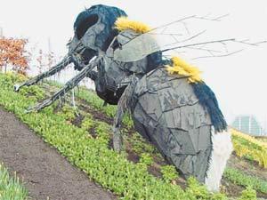 Шмель размером с небольшой самолёт — одна из многочисленных инсталляций, представленных в «Райском саду».