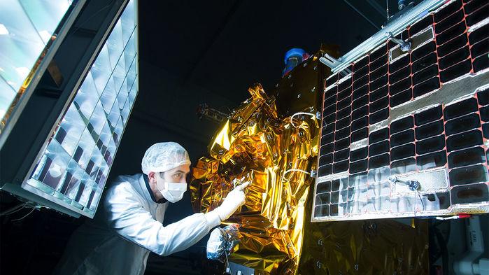 Подготовка спутника с экспериментальной установкой на борту. (Фото: CNES/GRIMAULT Emmanuel, 2016.)