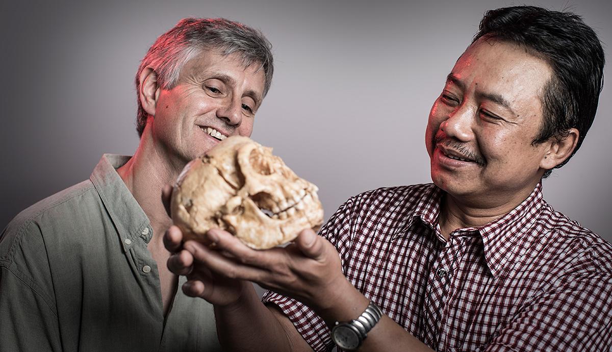 Исследователи с черепом «хоббита». Слева – Ричард «Берт» Робертс. Фото: University of Wollongong.