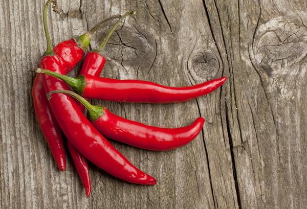 Красный перец чили помогает есть меньше соли. (Фото: NatashaBreen / Depositphotos.)