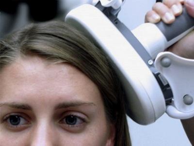 Стимуляция мозга с помощью прибора для ТМС. (Фото: Joel Voss / Northwestern University).