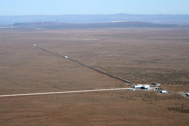 Фотография обсерваторий-близнецов LIGO.