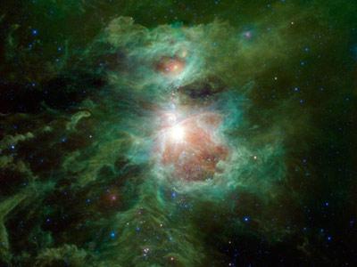 Фото:NASA Туманность Ориона (известная также как Мессье 42, M42 или NGC 1976) находится в Мече Ориона на расстоянии чуть более 1300 световых лет и имеет всего порядка 30 световых лет в поперечнике. Цвета на фотографии отвечают разным длинам волн инфракрасного излучения. Синий - излучению с длиной волны 3.4 микрона, голубой (сине-зеленый) - 4.6 микрона, причем оба цвета соответствуют излучению горячих звезд. Относительно более холодные объекты, такие как пыль туманности, изображены зелеными и красными цветами. Зеленый отвечает 12-микронному излучению, а красный - 22-микронному.