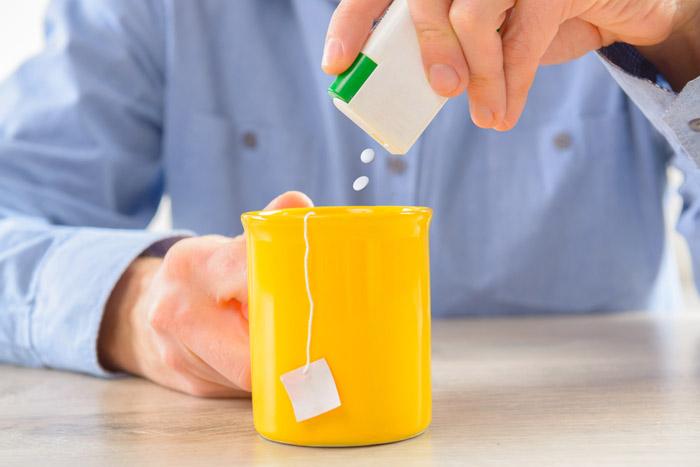 Хотя подсластители и считаются спасением от лишних калорий, использовать их все же стоит с осторожностью. (Фото: Amaviael / Depositphotos.)