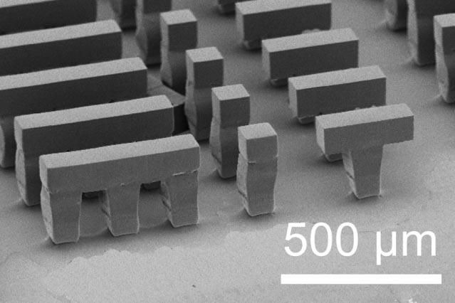 Наноконтейнеры, закрытые нанокрышками. (Фото: Langer lab.)