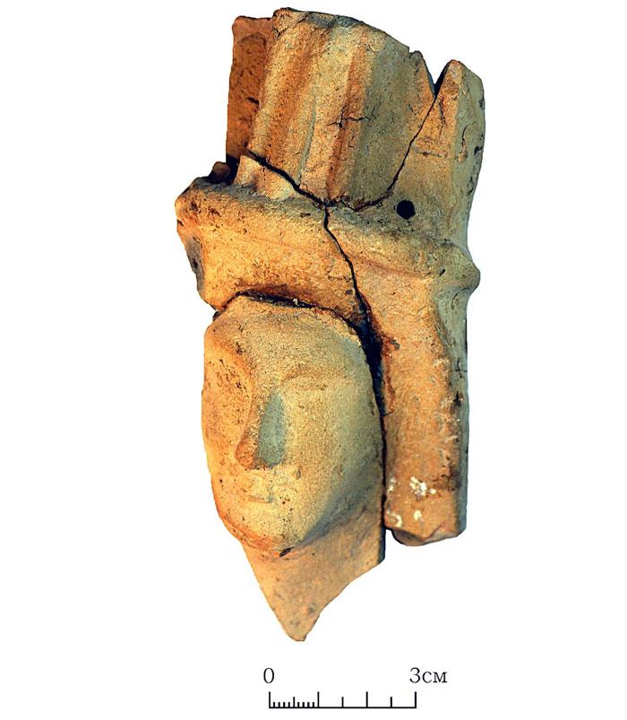Фрагмент терракотовой статуэтки-куклы. (Фото: пресс-служба ИА РАН.)