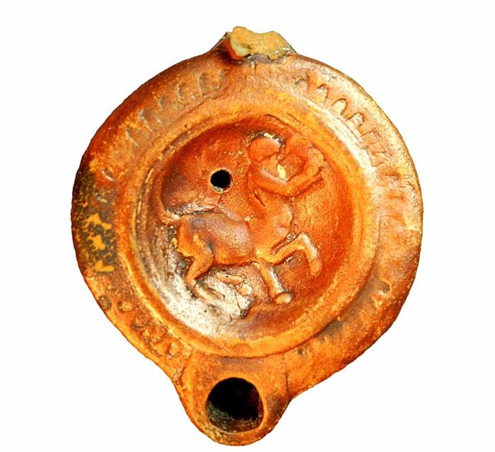 Керамический светильник с изображением кентавра. (Фото: пресс-служба ИА РАН.)