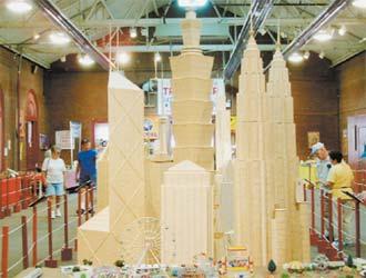 Американский журналист Стэн Монро, по образованию инженер, увлекается изготовлением архитектурных моделей из зубочисток.
