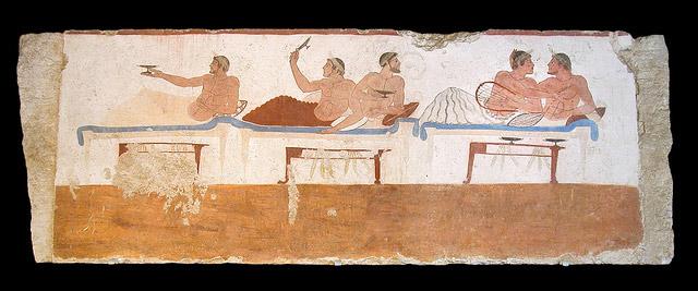 Фрагмент фрески на саркофаге из «Гробницы ныряльщика». Пестум. В центре изображён игрок в коттаб. Фото: Jean-Pierre Dalbéra / Flickr.com (CC BY 2.0).