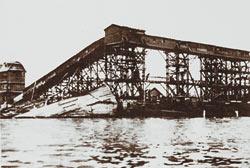 Транспортная галерея-эстакада, связавшая хлебоприемный пункт с разгружающимися на пристани города Камень-на-Оби баржами, построена по проекту Ю.В.Кондратюка.
