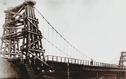 Безопорный подвесной мост через реку Абу в Новокузнецке построен по проекту Ю.В.Кондратюка.
