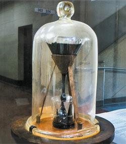 Пройдёт ещё лет пять, и девятая с 1938 года капля вязкой смолы упадёт в подставленный стакан.
