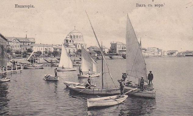 Вид на Евпаторийскую бухту. На переднем плане фелюги – небольшие судна с косыми парусами. Открытка XIX века.
