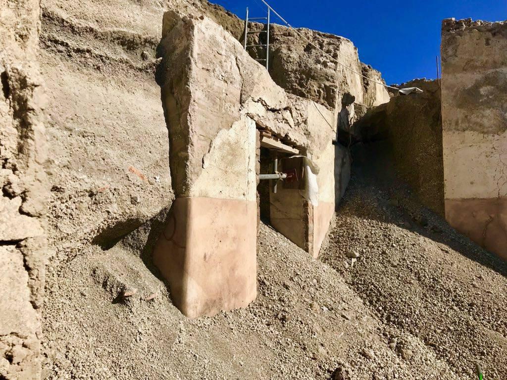 1-13. Слои вулканических отложений в Помпеях.jpg