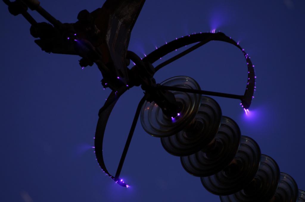 Один из видов плазмы – коронный разряд, который возникает при резких неоднородностях электрического поля. На фото: коронный разряд на экране высоковольтной линии. Фото: Nitromethane/Wikimedia Commons https://commons.wikimedia.org/wiki/File:Corona_discharge_1.JPG