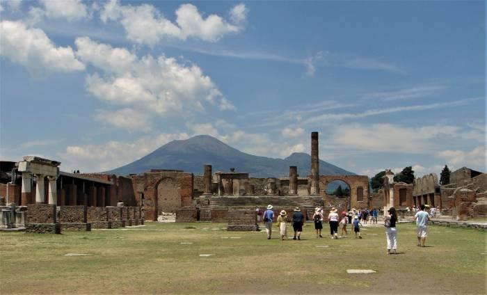 1-14. Современный вид на Везувий из археологического парка Помпей.jpg