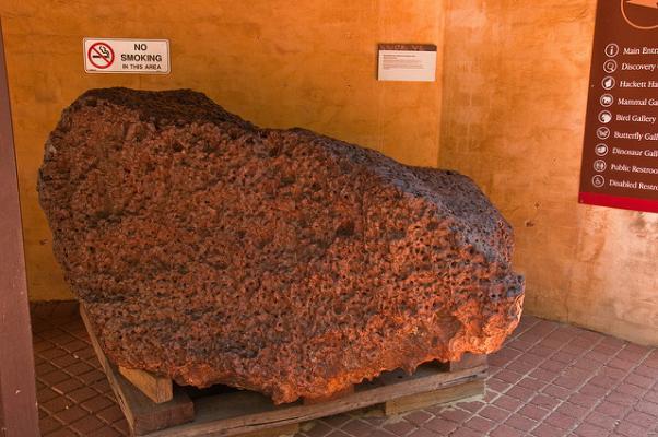 Метеорит весом в 9980 кг, найденный в Австралии, содержит крошечное количество сверхпроводящего материала. (Фото: Graeme Churchard / Flickr.com)