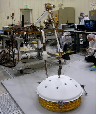Тест установки SEIS с помощью роботизированной руки InSight. Фото NASA